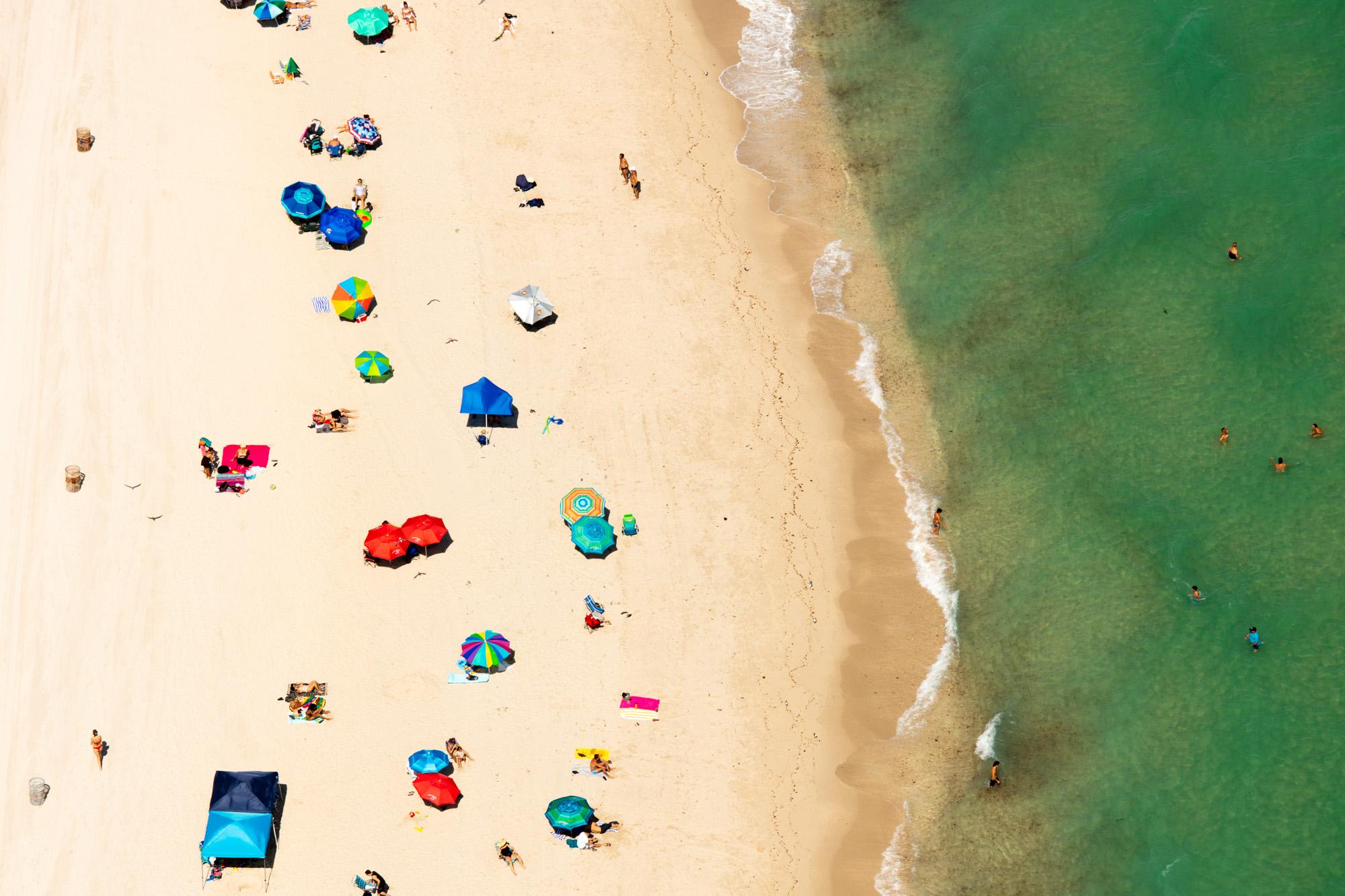 Tres lixeiras na praia