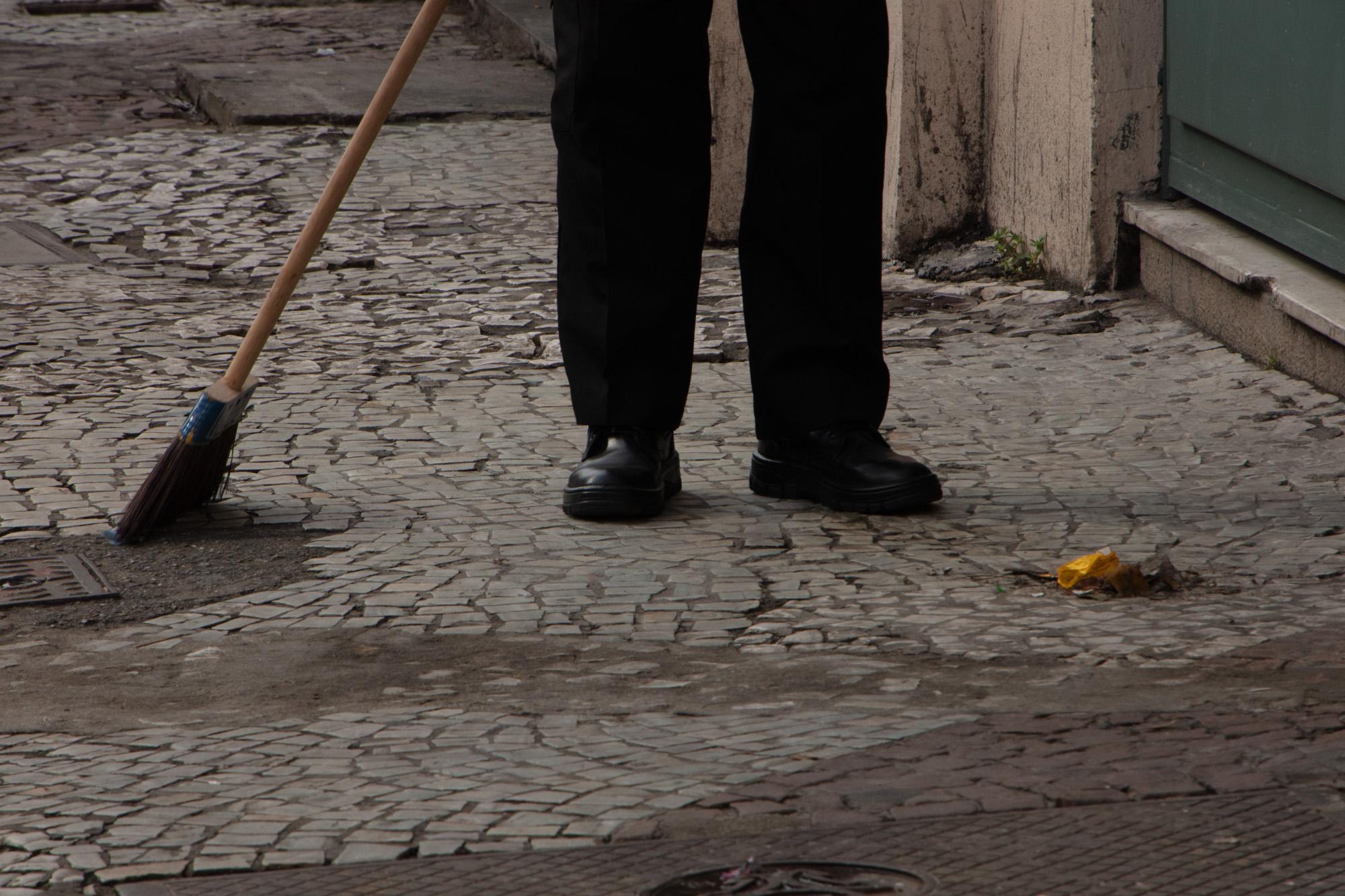 Varrendo a calçada